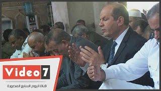 بالفيديو.. محافظ الجيزة يؤدى صلاة الجمعة الأخيرة بميدان الكيت كات