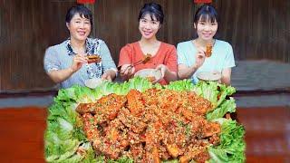 Yi Tiantian eats invincible super fragrant stinky tofu 奕甜甜吃无敌超香臭豆腐