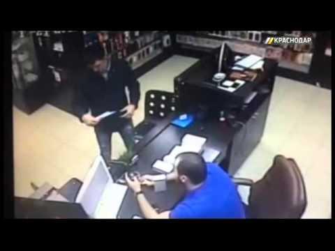 В Краснодаре мастер по ремонту украл детали из телефона клиента