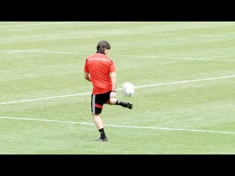 Jogi Löw zaubert! Bundestrainer trickst im Training mit Ball | DFB-Trainingslager in Südtirol