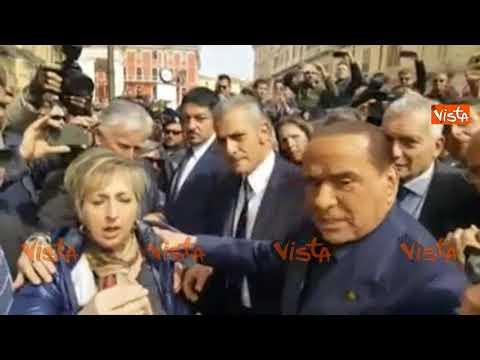 Berlusconi fermato da una signora a Campobasso che viene zittita dai sostenitori azzurri