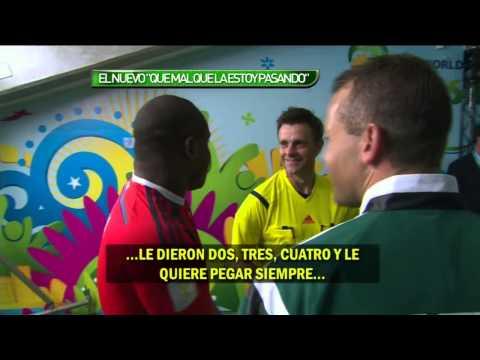 Vincent Enyeama, portero de Nigeria, hablando con el árbitro de Messi tras el partido con Argentina
