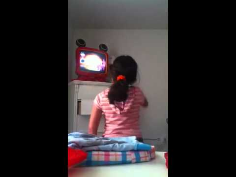 Ma lil sis dances to Just Dance