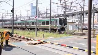 曽根田駅に入線する福島交通7000系と曽根田踏切を通過するE721系1000番台
