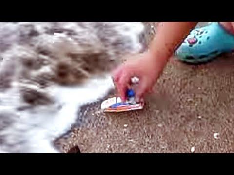 제주도 해수욕장 바다에 레고 블럭 보트 장난