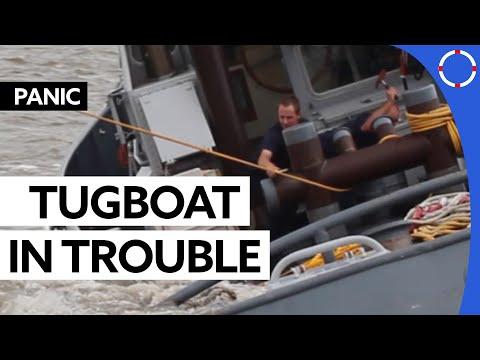 Sleepboot hakt touw door / Tugboat cuts rope
