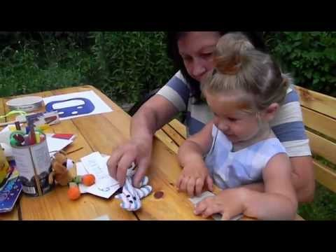 Игры на обучение чтению: Варя читает карточки игрушкам
