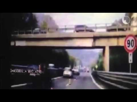 OVERPASS BRIDGE COLLAPSES ON CARS IN ITALY (MILANO-LECCO) CAUGHT ON CAMERA [CHOC VIDEO]