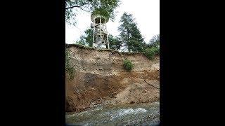 Tanque de agua a punto de ser arrastrado por el agua en Anisacate