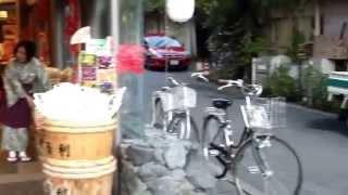 Все о Японии. Магазинчики в Киото Уроки Японского Дарьи Мойнич(Получи бесплатные видео уроки по изучению японского языка : http://nihon-go.ru/katakana-youtube/ и начни учить японский..., 2014-02-18T21:10:39.000Z)