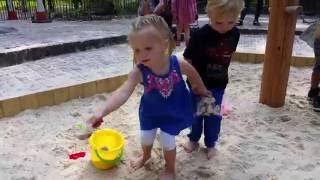 Эльвира играет в песочнице,бросаеться песком,строит замки!