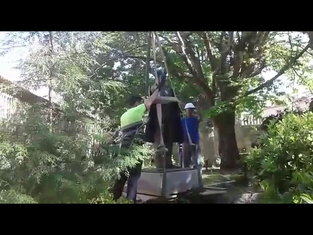 Retiran la estatua de Fraga del Pazo de Torrado