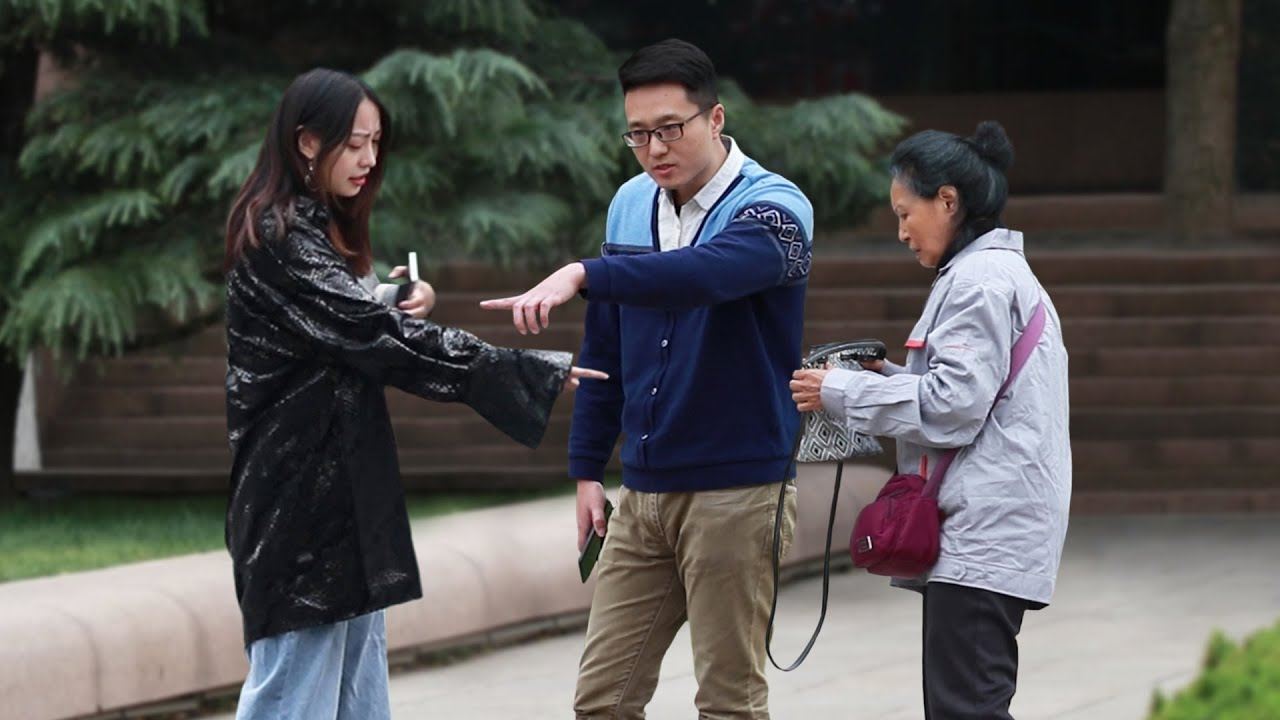 Girl Asks Her Mother for High Living Expenses (Social Experiment) 当女孩对母亲提出过分要求... #Shorts