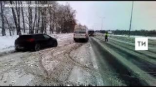 В Татарстане инспекторы ГИБДД вытащили из кювета застрявшую в снегу легковушку