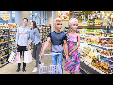 Barbie and Ken go to the supermarket to buy ingredients after work, Barbie grocery toys