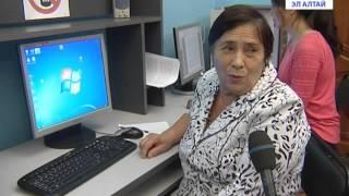 Пожилых людей обучают компьютерной грамотности
