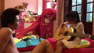 SUE lần đầu tiên học guitar bố Dũng (Hè 2017)