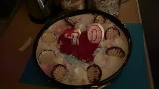 Tims Oma reagiert auf von uns selbstgemacht Geburtstagstorte