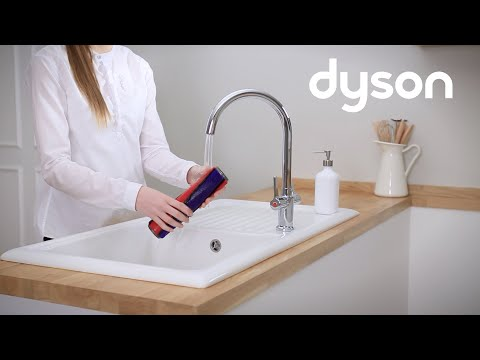 Dyson V7™ cord-free vacuums - Washing the Soft roller (US)