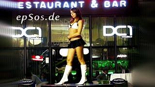Jolie femme danse dans un bikini. thumbnail