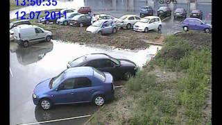 Девочка решила на парковке сидя на правом сидении включить зажигание и закрыть окно, но включила стартер и уехала в канаву, подьезжающий парень не заметив её паркуется на её месте.