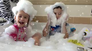 Kids play in the BATH Balloons and Bath Song with JoyJoy Lika