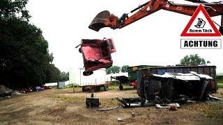 Autos zerkleinern mit einem Bagger | Dumm Tüch
