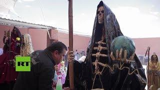 Peregrinos visitan a la Santa Muerte en Tepatepec (México)