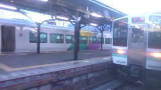 塩山駅で特急かいじE257系をすれ違う中央本線下り211系の車窓