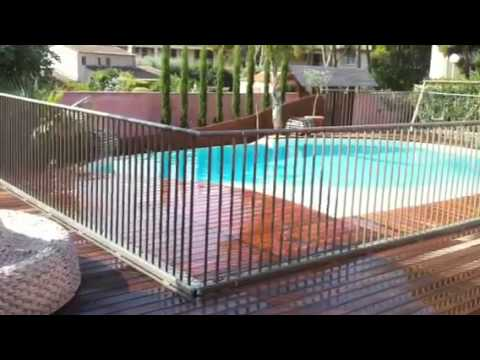 Barrière de sécurité piscine escamotable Close Up - YouTube