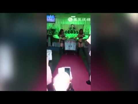 Một phụ nữ tại Đài Loan đã mướn hai vũ công thoát y để biển diễn trong đám tang của chồng.
