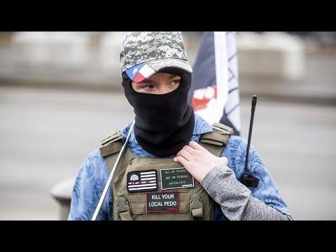 شاهد: احتشاد العشرات من مؤيدي ترامب ملثمين ومدججين بالسلاح قرب المباني الحكومية في فرجينيا…  - نشر قبل 38 دقيقة