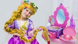 Яна как Рапунцель наряжается и делает макияж / Rapunzel Pretend Play Dress Up & Kids Make Up Toys