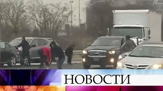 В США из попавшей в аварию инкассаторской машины посыпались деньги.
