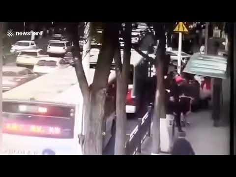 Un enorme socavón se traga un bus en China