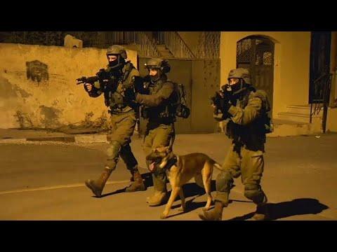شاهد: هكذا يقتحم الجيش الإسرائيلي المدن والبيوت الفلسطينية للقبض على مطلوبين…  - نشر قبل 2 ساعة