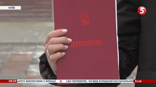 Червоний диплом скасували: що буде натомість та чи допомагали випускникам документи з відзнакою