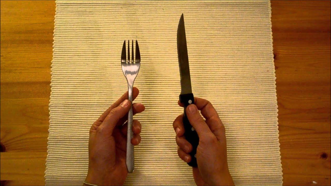 J 39 aide mon enfant utiliser les couverts pour couper for Table a manger 12 couverts