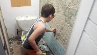 видео приколы про детей , маленький мальчик ломает стену туалета
