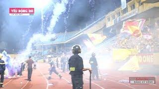 Không có trên TIVI: CĐV Nam Định trút 'mưa pháo sáng' xuống sân Hàng Đẫy