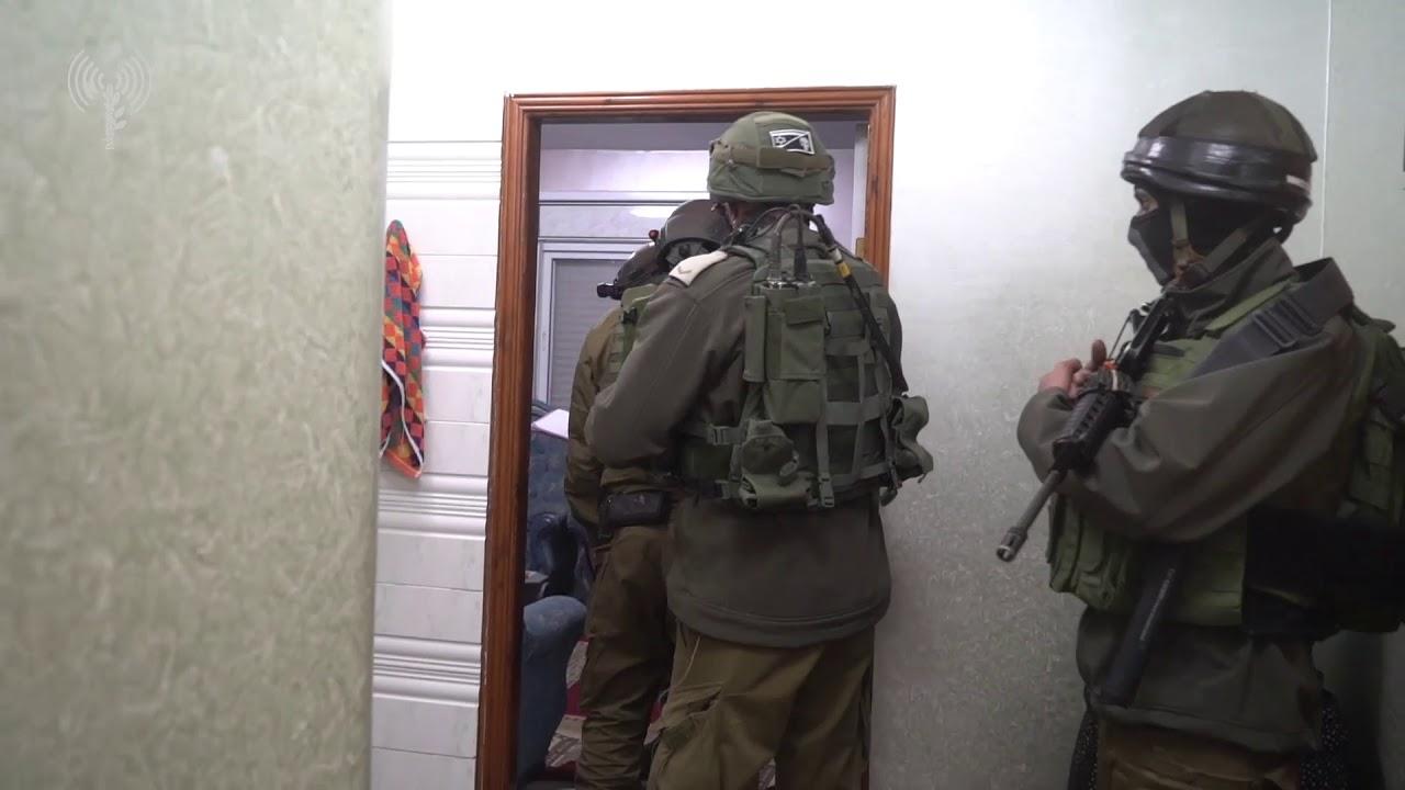 """כוחות צה""""ל ממפים את בית החשוד לקראת הריסה. צילום: דובר צה""""ל"""