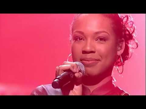 Raffaëla singing