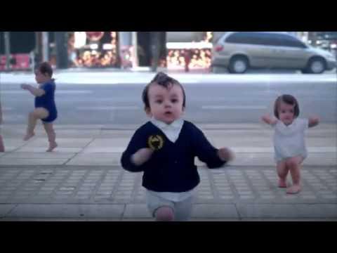 bebes bailando, personas mirándose en espejo magico reflejandose en bebes 11