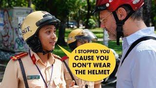 CSGT Việt Nam nói tiếng Anh như gió khiến ông Tây ngỡ ngàng