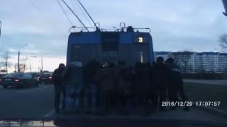 Запуск троллейбуса с толкача, Гродно 29/12/2016