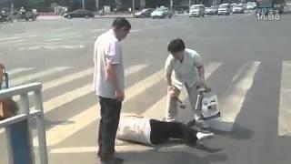 Помогли перейти дорогу