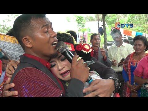 Pengantinya Menangis, Kakaknya Menyanyikan Lagu Untuk Adiknya