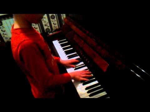 10 летний пацан классно играет клубняк на пиано