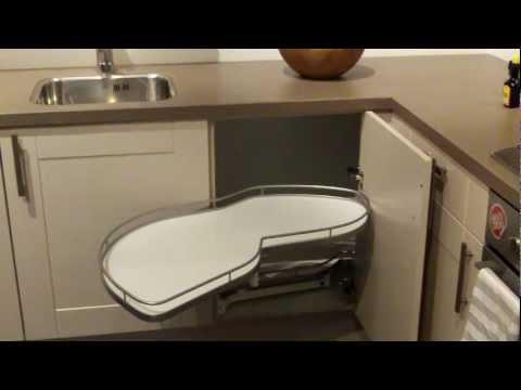 h fele schwenkbarer eckschrank doovi. Black Bedroom Furniture Sets. Home Design Ideas