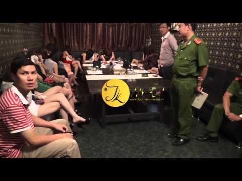 Hàng chục tiếp viên trong karaoke chui